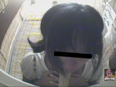 女の子が居酒屋のトイレで酔っ払ってゲロしちゃいました