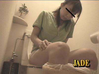 女の子が洋式トイレに座っておしっこ