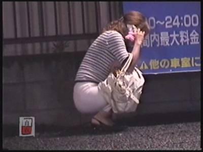 酔っ払った女の子が外で嘔吐してゲロ吐いちゃう画像