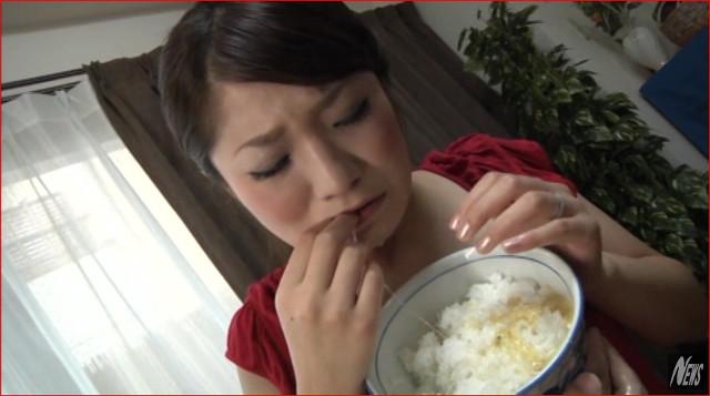 女の子のゲロをご飯にぶっかけて作るゲロメシ