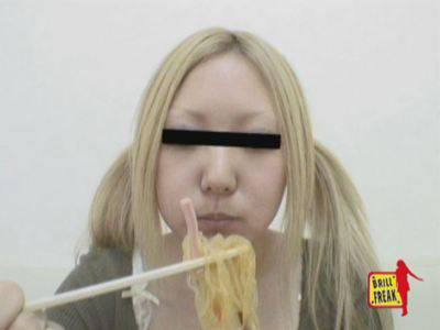 女の子が食べ物を咀嚼します