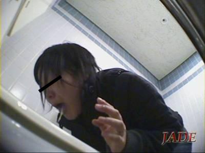 トイレで便器に向かって嘔吐する女性