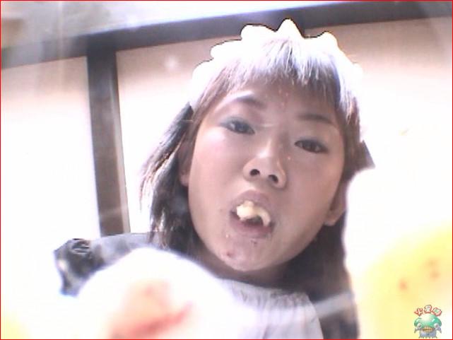 そしゃくをする女の子がお口をあけて咀嚼します