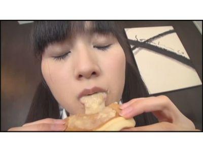 咀嚼した食べ物をゲロッと出して食べさせてくれる女の子