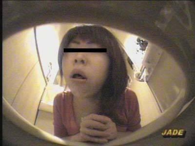 酔っ払って気持ち悪くなってトイレで吐いちゃう女の子