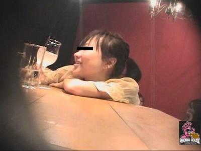 女の子がバーで楽しそうに酔ってます