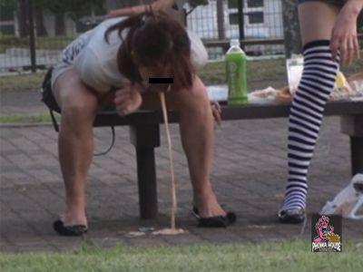 そばかラーメンを食べた女の子が地面に嘔吐しちゃいました